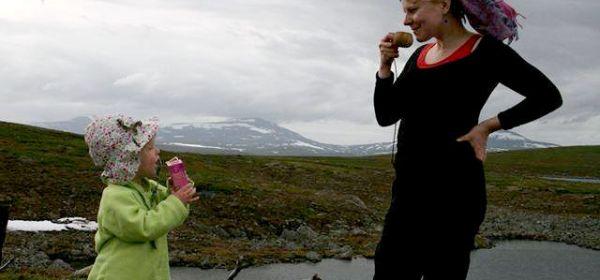 Kirjoittaja Inkeri Lokki tyttärensä kanssa Paistunturin erämaassa juhannuksena 2013. Lokin tytär osallistui Helsingin kaupungin saamenkieliseen päivähoitoon vuonna 2013. Kuvaaja: Elina Lemmetty
